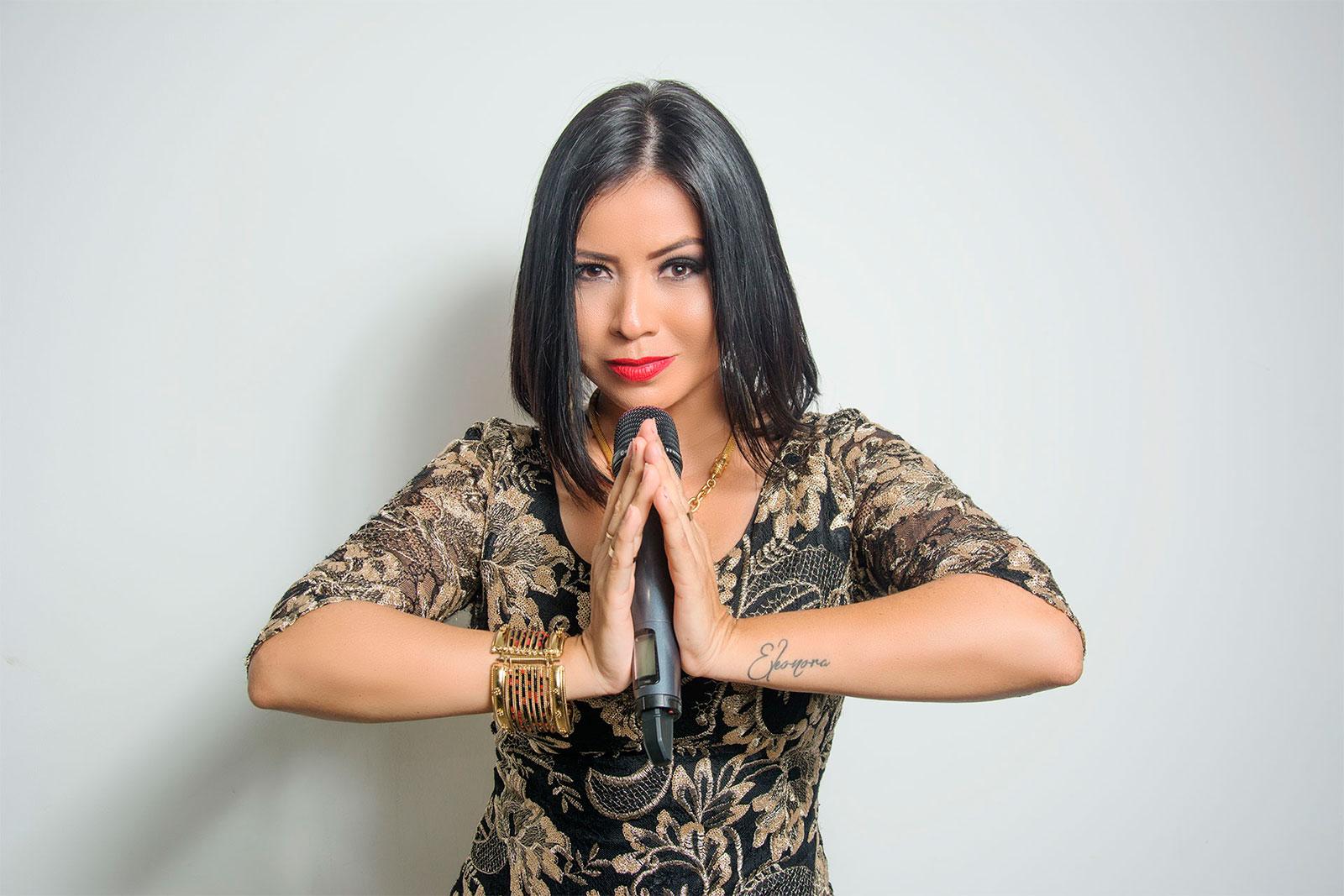 cantante-eleonora-cardona-microfono