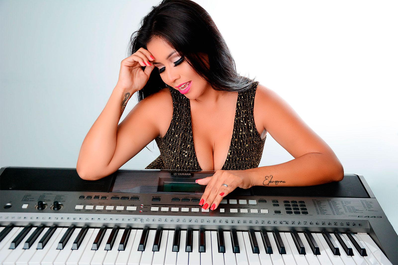 eleonora-cardona-tocando-piano
